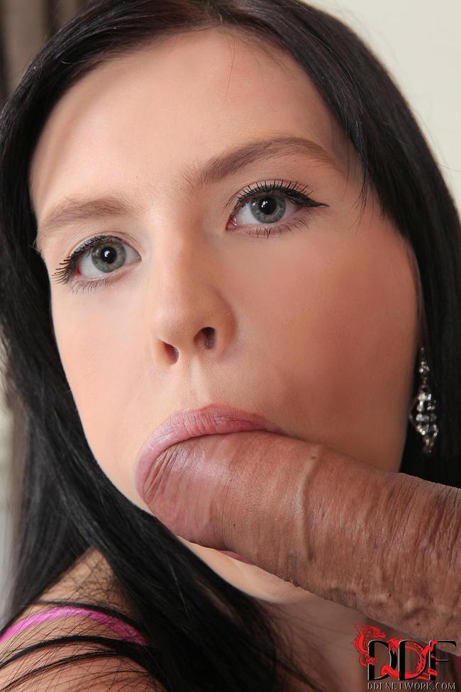 Девица охотно сосет большой член полового партнера
