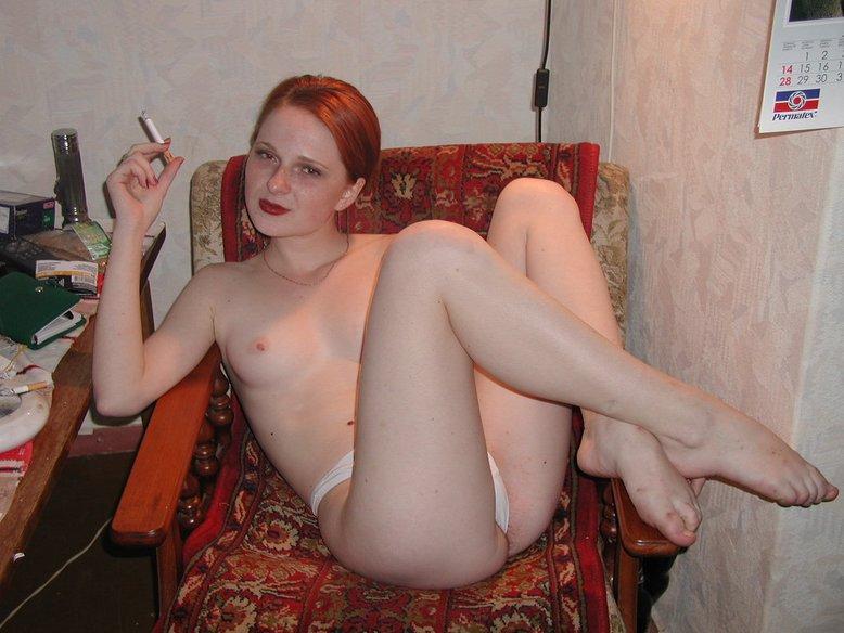 Рыжая сучка хороша и без нижнего белья
