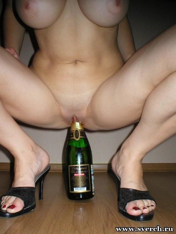 Порно заставили сесть пиздой на бутылку