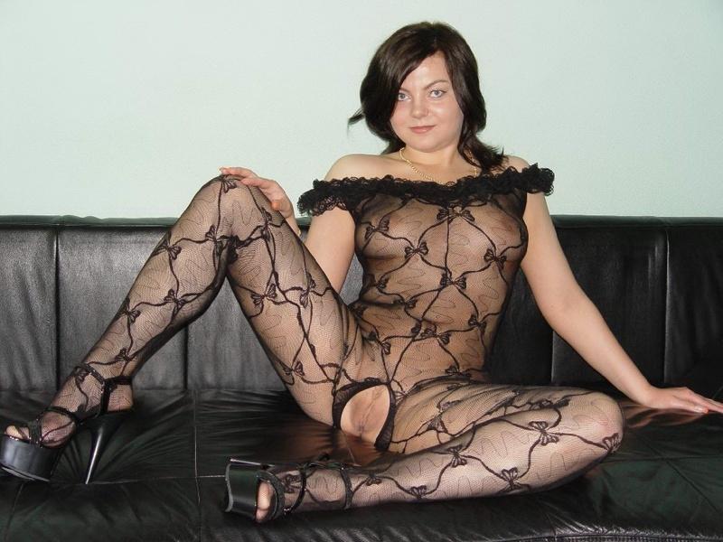 Сексапильная барышня с горячим телом шалит на диване