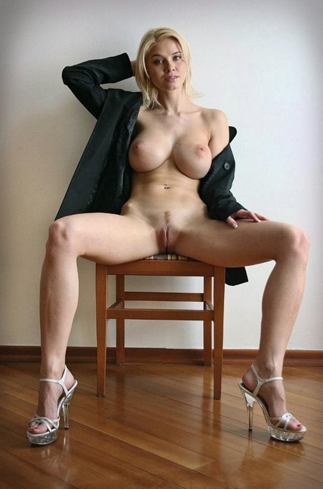 Грудастая шлюха раздвигает ноги на барных стульях